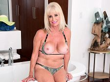 Leah L'Amour gets wet and soapy
